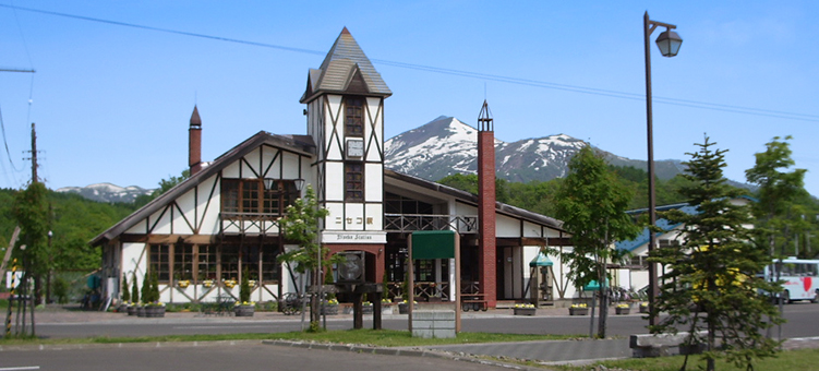 函館線・ニセコ駅-さいきの駅舎...